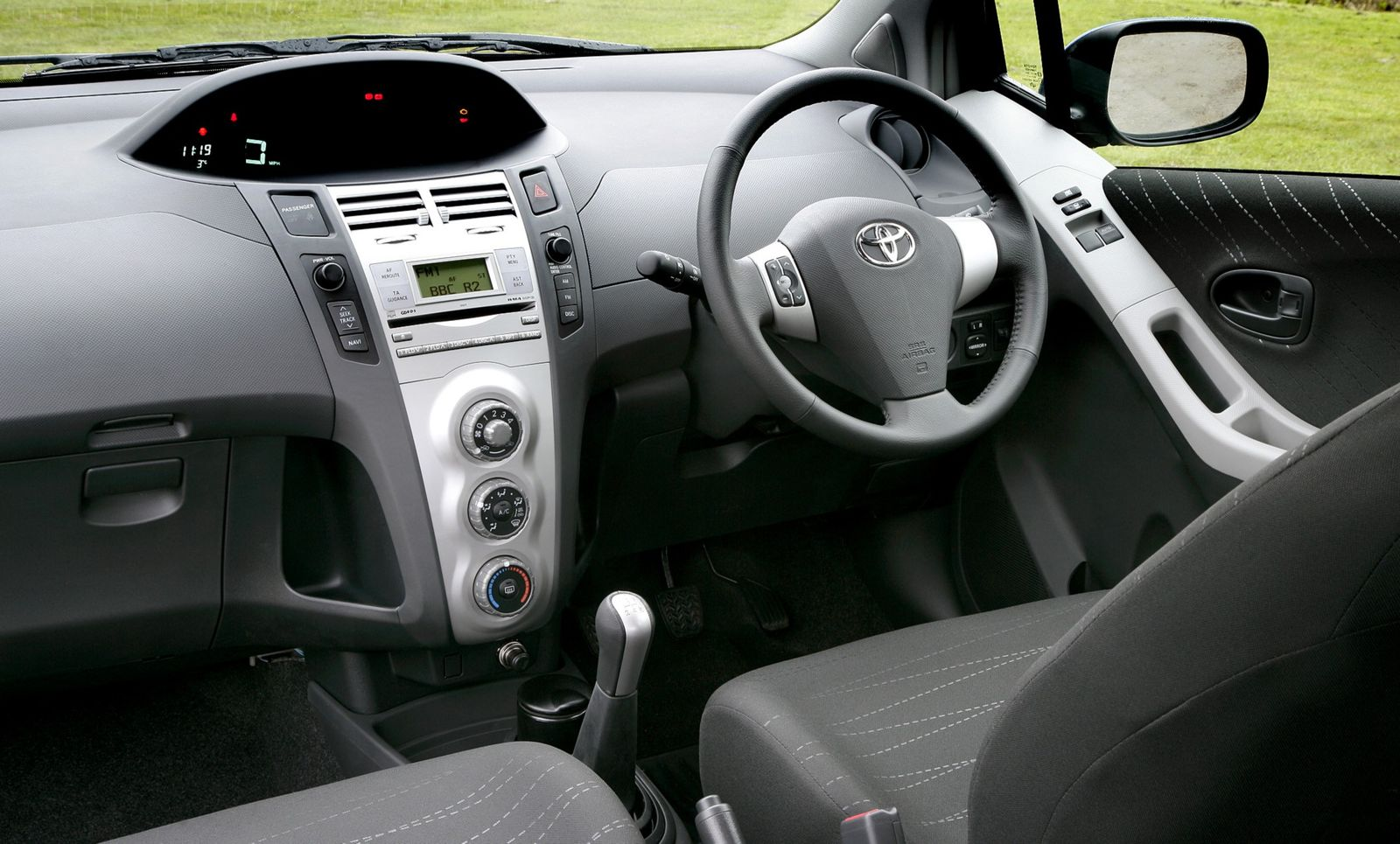 toyota yaris 2005 interior